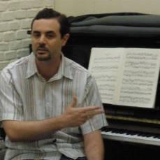 André dando aulas de piano