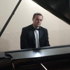 4 - Andre at piano 1